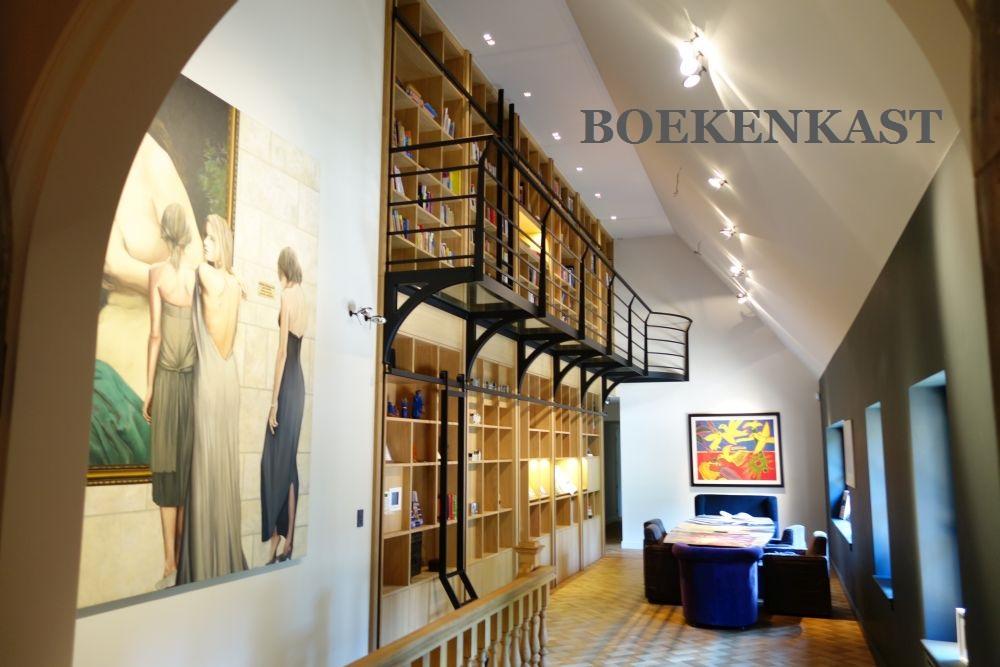 VRI interieur boekenkast
