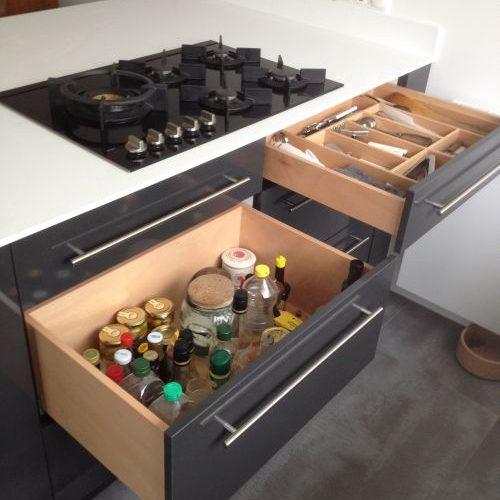 VRI interieur: design keuken met kookeiland en houten laden