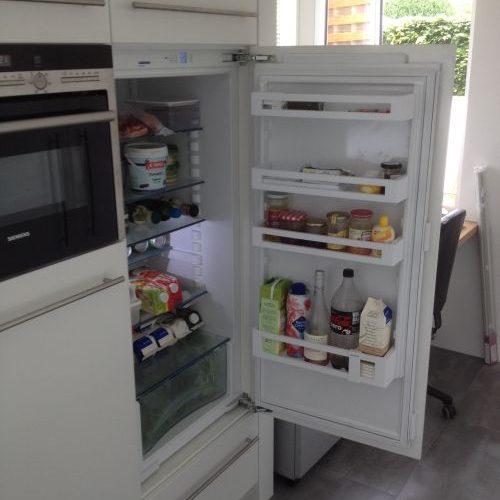 VRI interieur: design keuken met koelkast op hoogte