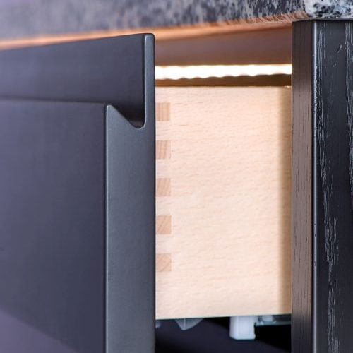 VRI interieur: moderne keuken met houten laden