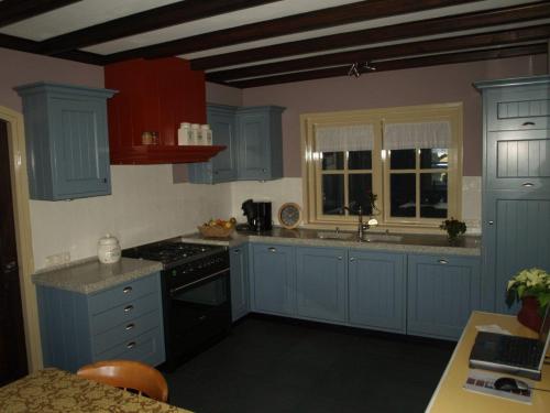 VRI interieur: blauwe keuken in landelijk klassieke stijl