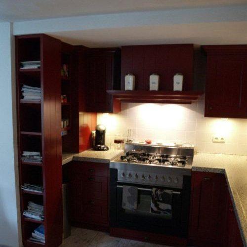 VRI interieur: landelijk klassieke keuken in rood