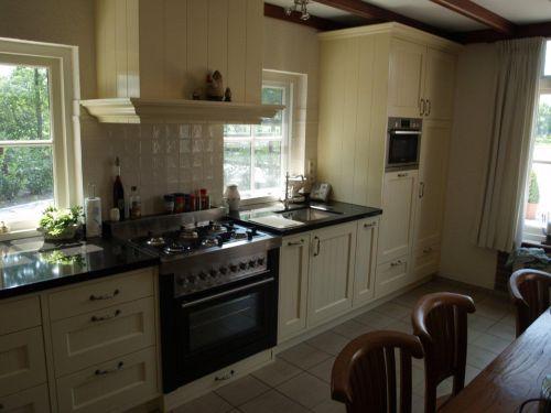 VRI interieur: landelijk klassieke keuken met fornuis