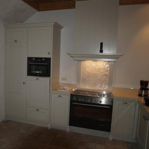 VRI interieur: landelijk klassieke keuken met inductie fornuis