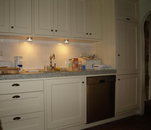 VRI interieur: landelijk klassieke keuken met schuine kasten