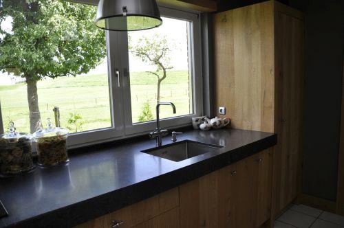 VRI interieur: landelijke keuken fijn bezaagd rustiek eiken