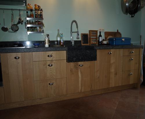 VRI interieur: moderne keuken in fijn bezaagd rustiek eiken