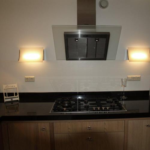 VRI interieur: moderne keuken in eiken en schuine afzuigkap