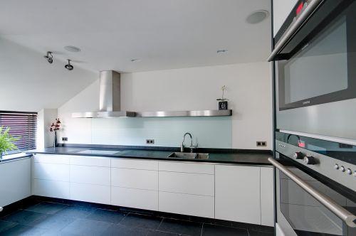 VRI interieur: hoogglans keuken met houten laden