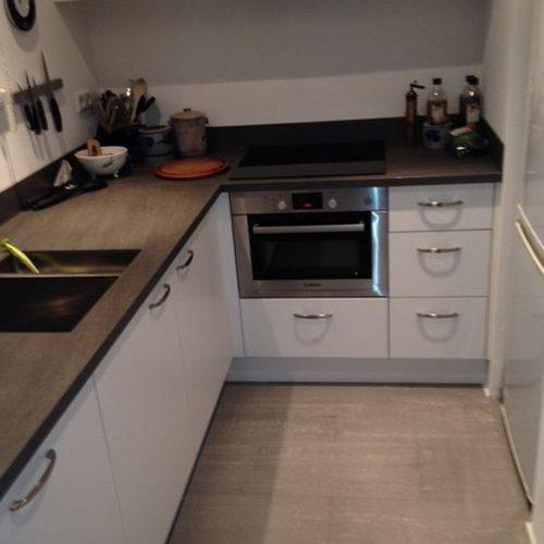 VRI interieur: moderne keuken met keramiek werkblad