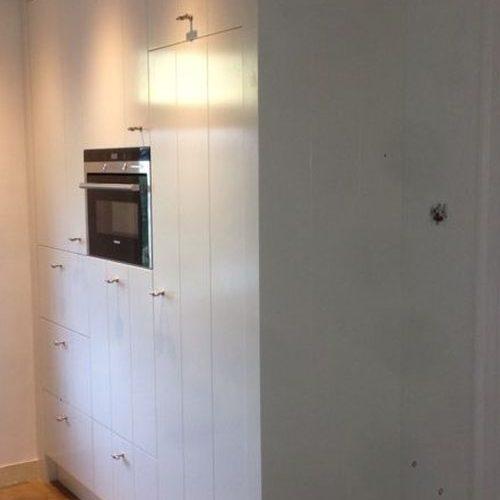 VRI interieur: landelijk moderne keuken wit met groef