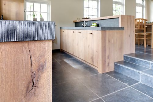 VRI interieur: landelijke keuken met houten laden