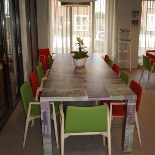 VRI interieur: tafel met foto's van kastelen