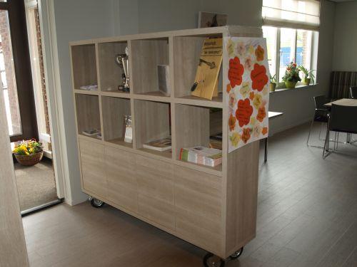 VRI interieur: verrijdbare boekenkast