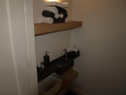 VRI interieur: toilet met waskom en brede schappen