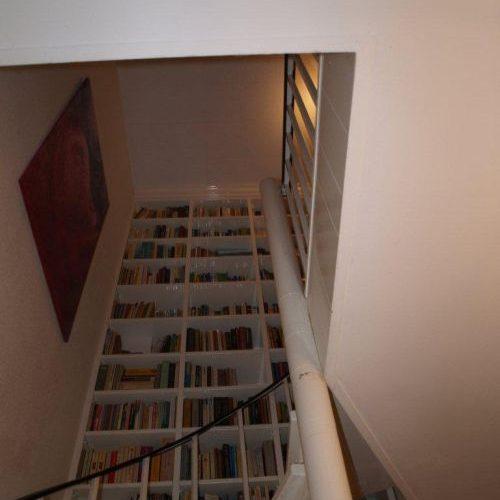 VRI interieur: exclusieve boekenkast onder de trap