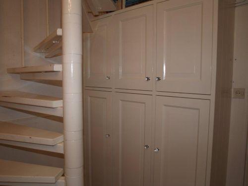 VRI interieur: boekenkast op maat achter de trap