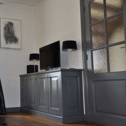 VRI interieur: dressoirkast met doorlopende plint