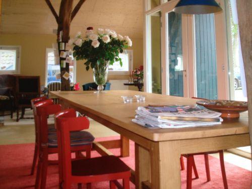 VRI interieur: exclusieve eettafel met rode stoelen