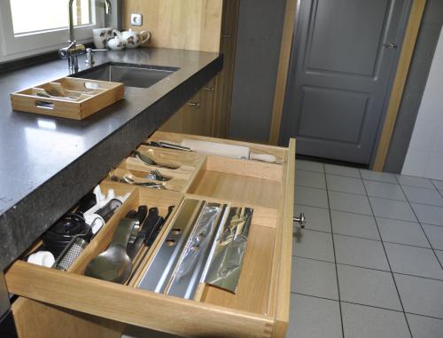 VRI interieur: exclusieve houten lade met losse bestekbak