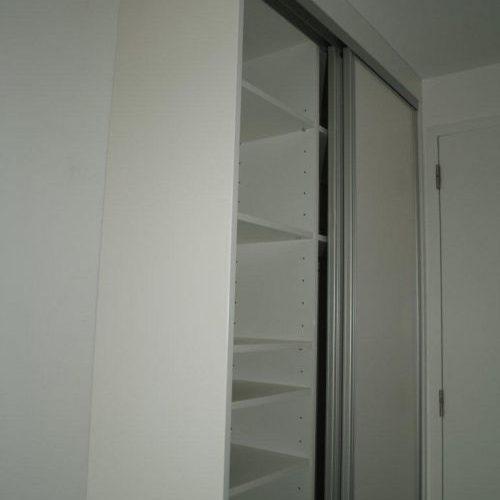 VRI interieur: witte kledingkast met RVS lijst