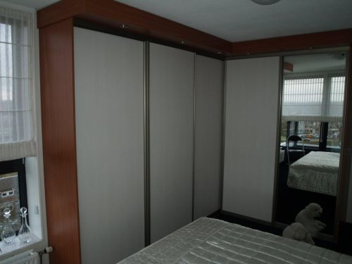 VRI interieur: kledingkast in kersen met wit, RVS en spiegel