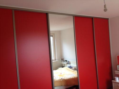 VRI interieur: kledingkast in het rood