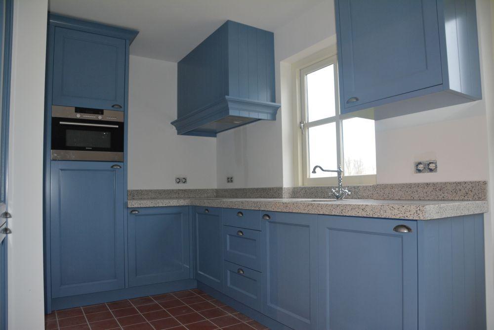VRI interieur: blauwe keuken in landelijk klassieke stijl met terrazzo blad