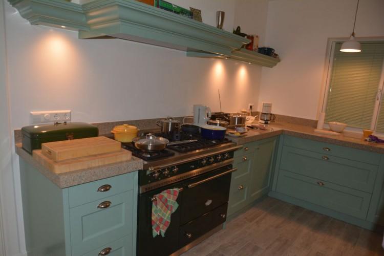 VRI interieur: landelijke klassieke keuken met Lacanche fornuis in Farrow & Ball Chappel Green