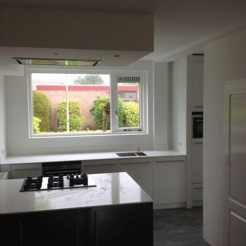 VRI interieur: design keuken met kookeiland in hoogglans