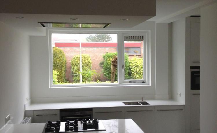 VRI interieur: design keuken modern hoogglans wit grijs en eiken blad