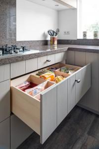 VRI interieur: houten maatwerk laden in keuken