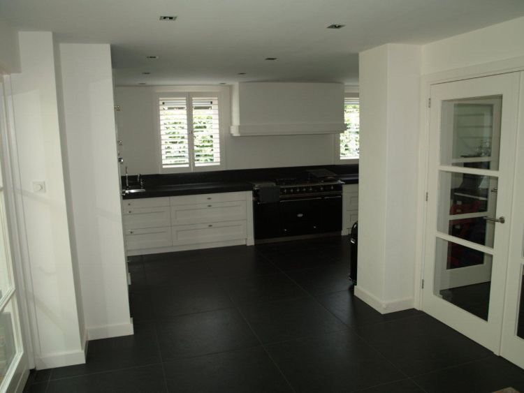 VRI interieur: stijl interieur kozijnen, plinten en schouwlijst in zelfde stijl