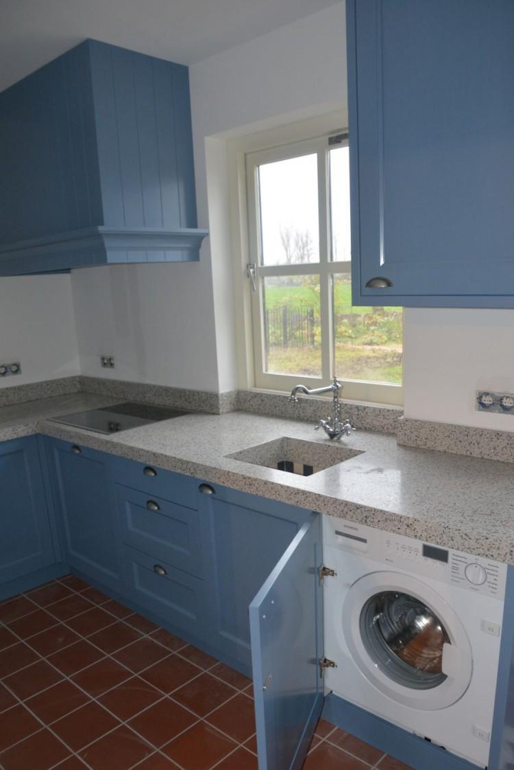 VRI interieur: blauwe keuken in landelijk klassieke stijl met terrazzo werkblad