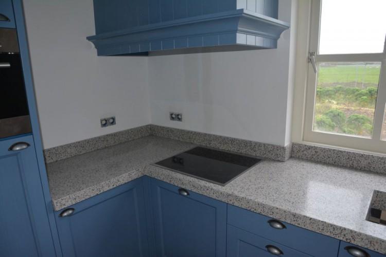 VRI interieur blauwe keuken in landelijk klassieke stijl met terrazzo blad te Langbroek