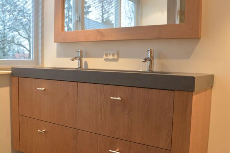 VRI interieur: landelijk modern eiken badkamermeubel met spiegel en betonnen wasbak