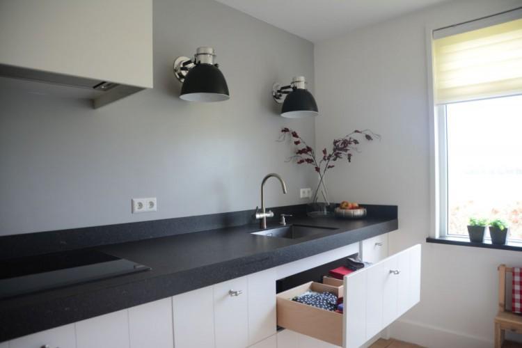 VRI interieur: landelijk moderne keuken wit met V-groef