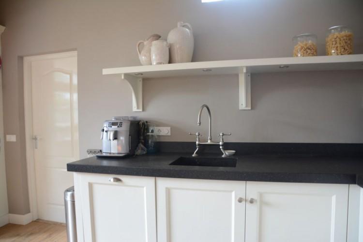 VRI interieur: landelijk klassieke keuken in het wit